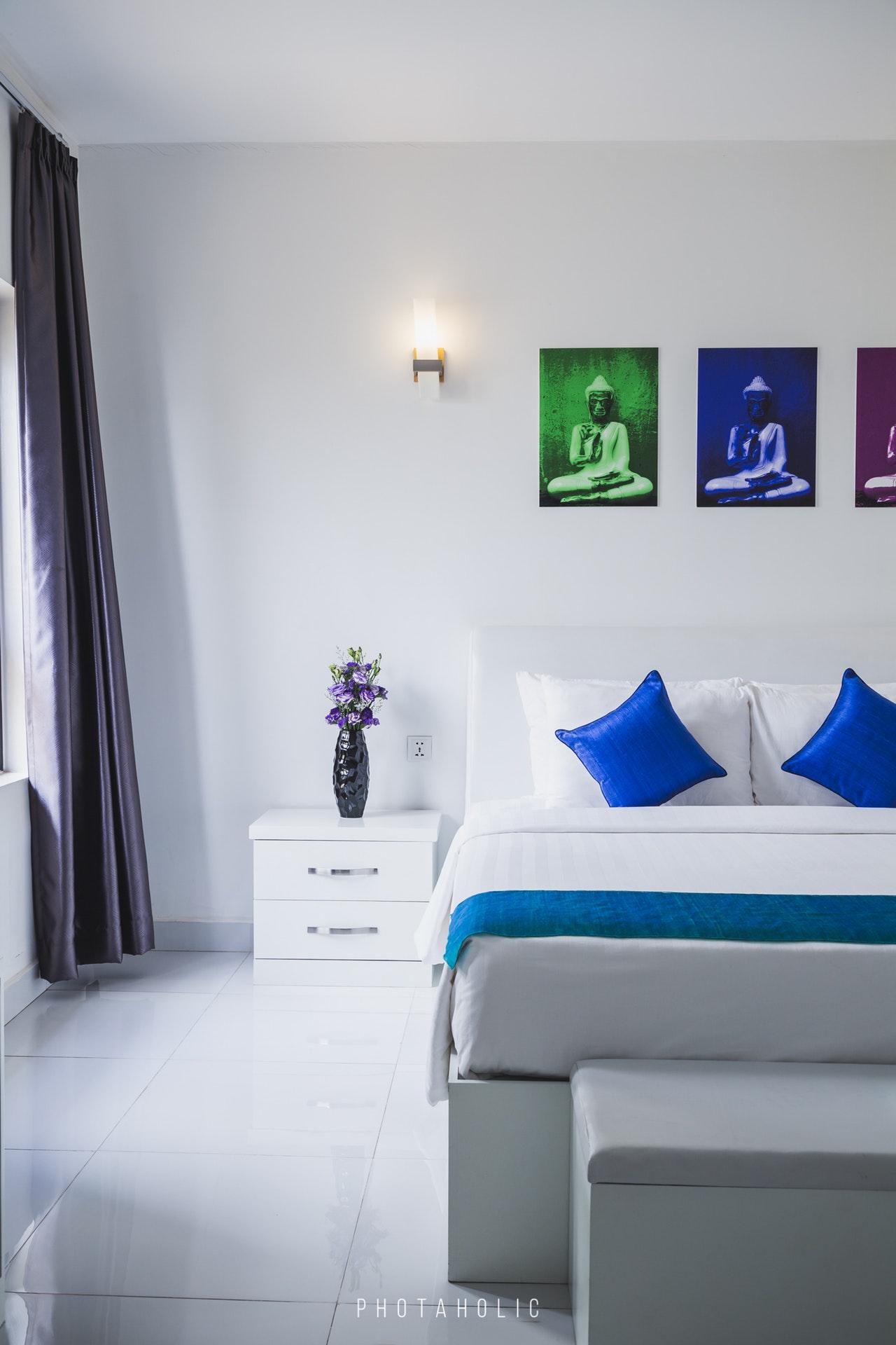 Łóżko i oświetlenie w małej sypialni